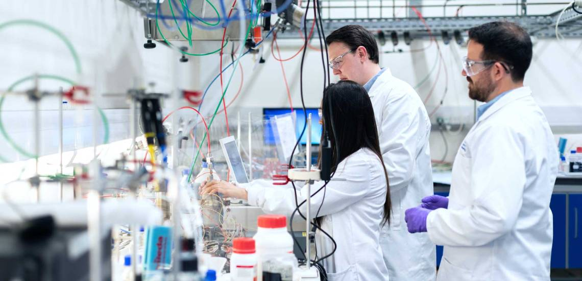 chemical-engineers-in-laboratory